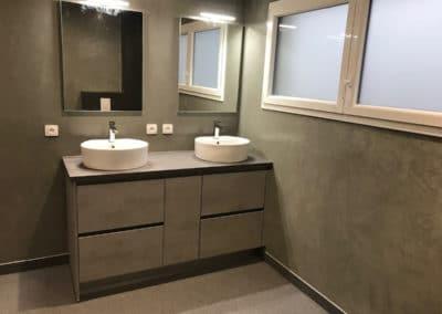 Salle de bain béton ciré et moquette de pierre